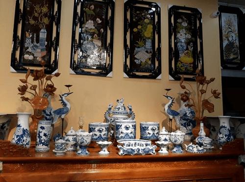 Bát hương trên bàn thờ tổ tiên